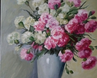 Гвоздики в светлой вазе.