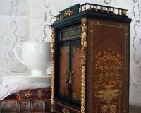 Шкаф для кукольного домика