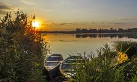 Пейзаж с лодками на закате
