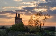 Пейзаж с заброшенной церковью на закате
