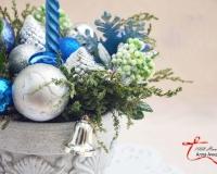 Новогодняя флористическая композиция со свечой в «каменном горшке»
