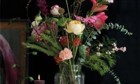 Натюрморт с розами на темном фоне