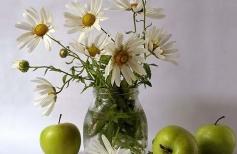 Натюрморт с ромашками и яблоками.