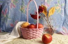 Осенняя корзинка с яблоками