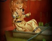 Девушка в лодке с зонтиком